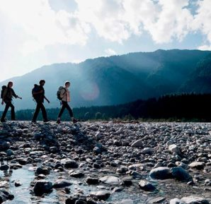 4 personas caminando con caracter aventurero